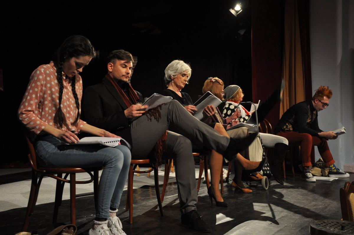 šesť hercov čaká režiséra