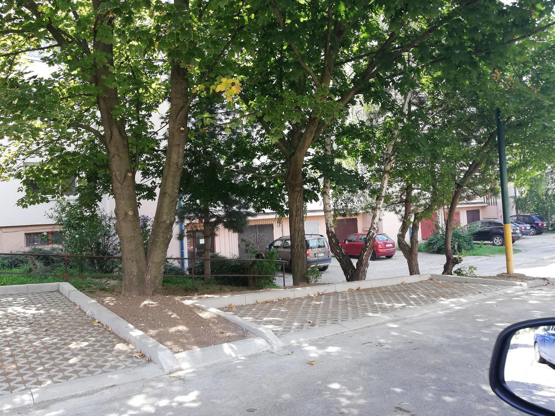 betón nad zeleňou